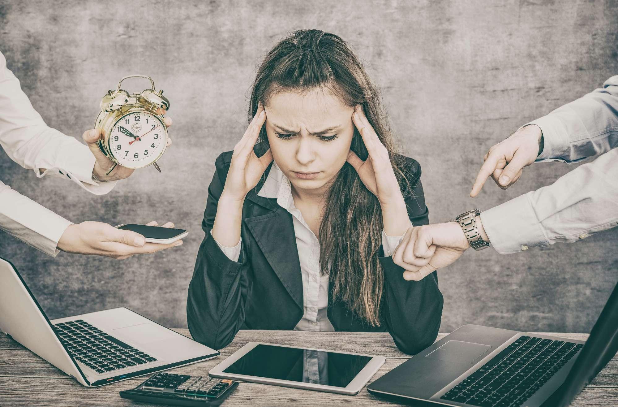 vrouw-stress-handen-druk-werk